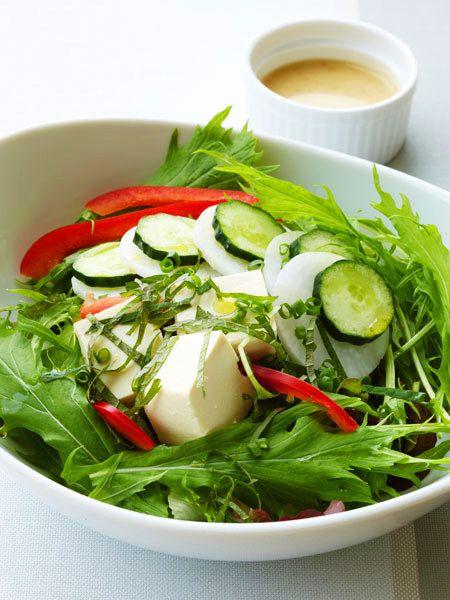 ヘルシー食材代表の豆腐は、パリでも大人気。松の実を使ったコクのあるソースで。|『ELLE gourmet(エル・グルメ)』はおしゃれで簡単なレシピが満載!