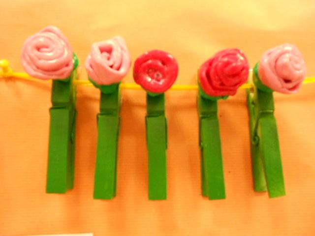 Roses de plastilina en una pinça