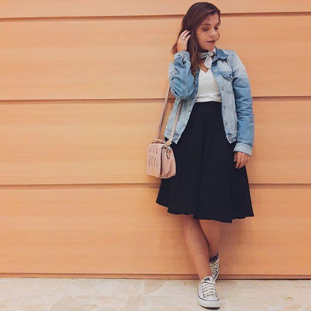 E quem disse que as baixinhas não podem usar midi ou oversized? Eu ADORO fazer combinações com midi mesmo com meu 1,53 e dessa vez sai ainda mais da minha zona de conforto com a jaqueta mais larguinha. Amei o resultado! Moda não é questão de seguir preceitos, e sim usar aquilo que faz você se sentir bem! #ootd #lookdajéss #outfitoftheday #lookdodia #fashion #style #street #petitgirl