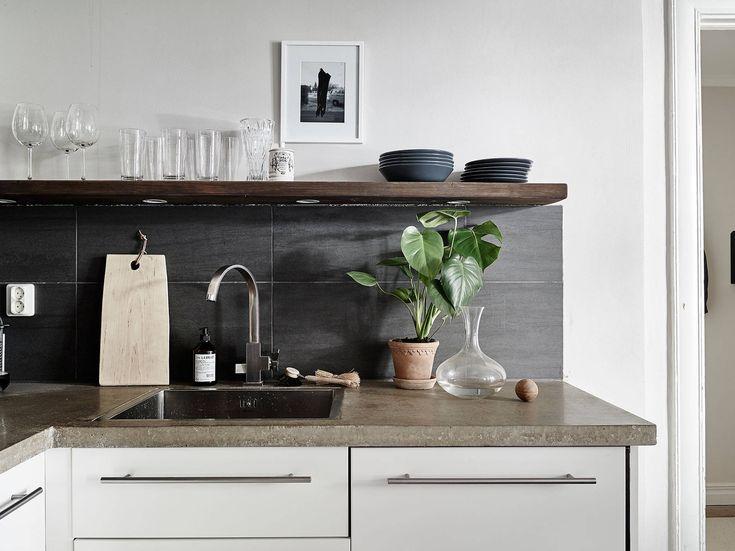 Een appartement naar ons hart, vol neutrale kleuren met veel donker hout – Twee Ruwe Bolsters