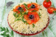 """Салат """"Маки""""Ингредиенты:  куриное филе — 300 г маринованные шампиньоны — 1 баночка помидоры — 150 г зеленый лук — несколько стеблей маслины без косточек — 70 г сыр — 100 г майонез — по вкусу соль — по вкусу веточки укропа — для украшения Приготовление:  Отваренное в подсоленной воде куриное филе нарезать кубиками. Зеленый лук измельчить. Маринованные шампиньоны нарезать тонкими ломтиками. Маслины нарезать кружочками, помидоры – кубиками. Выложить салат слоями на тарелку: куриное филе…"""