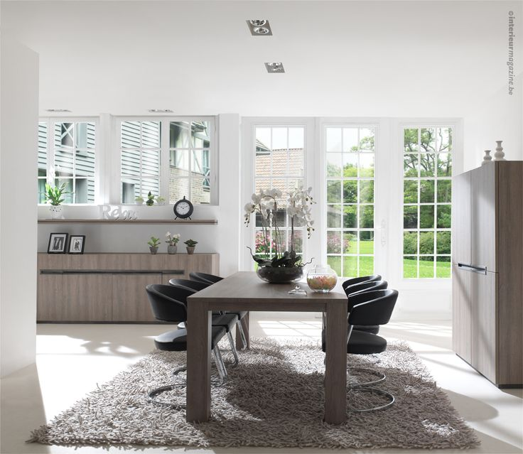 Moderne eetkamer in met uitgefreesde handgreep die over de 4 deuren - Trendy deco eetkamer ...