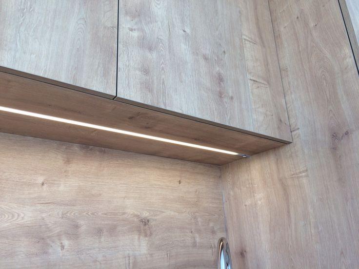 Netradičné osvetlenie kuchynskej linky #dizajnovesvietidla #svetlovkuchyni #svietidla #kuchynskalinka