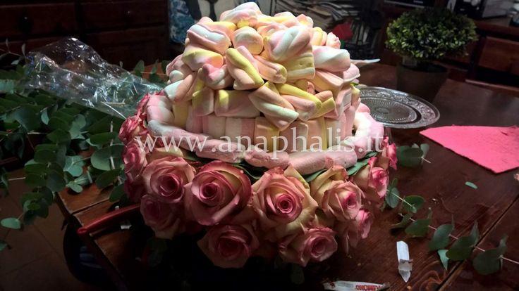dolcezza-e-fiori-Francesca-ha-realizzato-una-composizione-di-fiori-e-marshmallow-valida-idea-per-un-battesimo-#sweet-baptism #baby #anaphalis #roses