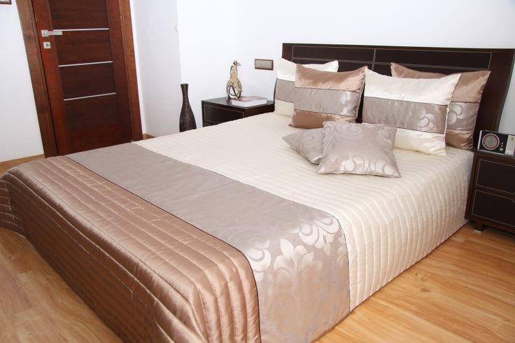 Narzuty na łóżka do sypialni w kolorze jasnobeżowym z kakaowym pasem