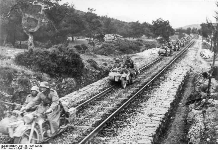 German soldiers on motorcycles and sidecars riding the rails in Greece, c.1941 pic.twitter.com/Hutzqy7Uk1