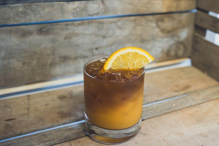 THE VOODOO DRINK  INGRÉDIENTS  1.25 oz (38 ml) de rhum brun  3 gros cubes de chair à citrouilles cuites (ou 30 ML de gelée de citrouille en canne)  0.5 oz (15 ml) de jus de citron  0.5 oz (15 ml) de sirop d'érable  0.5 oz (15 ml) de bière Guinness  Orange (pour décorer)