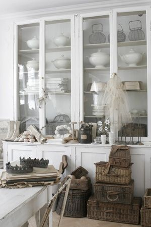 Built-in Cabinetry - this is the perfect cabinet to have - lots of storage and display space - l'esprit Shabby, via Mamietitine
