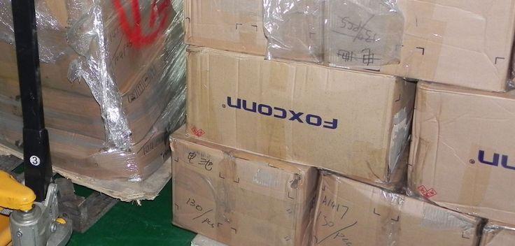 Apple vs. Leaker: Sonny Dickson klärt auf! - http://apfeleimer.de/2014/05/apple-vs-leaker-sonny-dickson-klaert-auf - Apple soll 200 Sicherheitsfachkräfte darauf angesetzt haben, dass keine weiteren iPhone 6 Leaks in die Presse rutschen. Ebenfalls habe Apple diechinesischen Behörden umUnterstützung im Kampf gegen Leaker gebeten. In einem Blogpost klärtSonny Dickson nun diese Apple vs. Leaker Geschichte auf un...