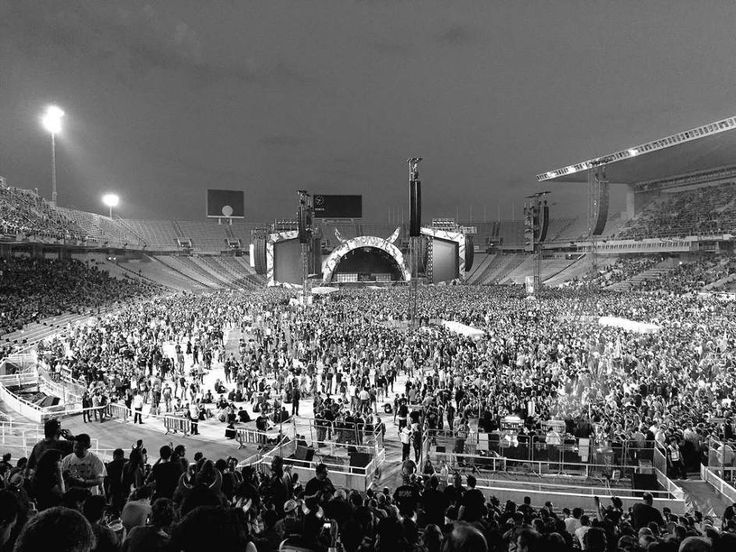 Una vista en blanco y negro del escenario y de las numerosas personas que acudieron al concierto. Foto: Sara.