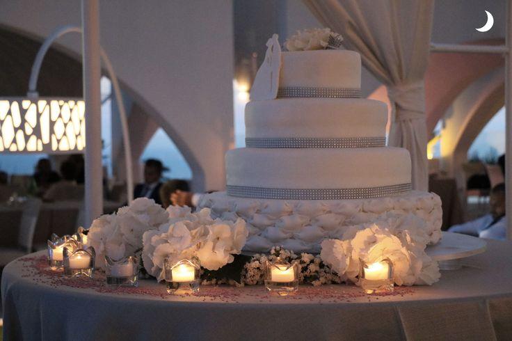 La poesia di una meravigliosa torta di nozze al crepuscolo illuminata dalla luce soffusa delle candele... #alchiardiluna #ilmatrimoniochestaisognando
