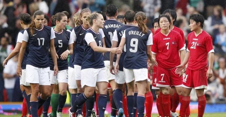 Atletas dos EUA e da Coreia do Norte se cumprimentam ao final da partida do futebol feminino