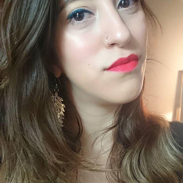 """✨ Christmas 🎄 makeup ✨ ❄ Base: @guerlain """"Lingerie de peau"""" -  Enamorada ❄ Corrector: @maybelline """"Fit me"""" ❄ Pestañas: @maybelline """"Lash sensational"""" ❄ Cejas: @maybelline """"Brow drama"""" ❄ Delineador líquido: @natura.argentina UNA """"Verde"""" - Muy muy difícil de trabajar ❄ Rubor: @beccacosmetics """"Flowerchild"""" ❄ Iluminador: @beccacosmetics """"Champagne Pop"""" ❄ Labial: @maccosmetics """"Ruby Woo"""" - El cual sólo utilizo una vez por año, en esta fecha 😂"""