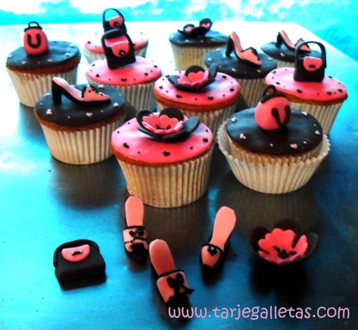 cupcakes con bolsos, flores , tacones muy de moda con las mamás...