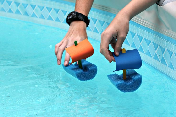 Great summer kids craft!  You can make these quick and  easy pool noodle boats…
