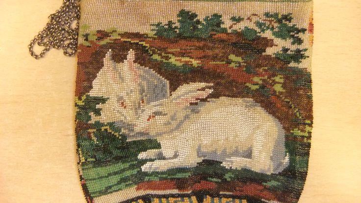 белые кролики-символ плодовитости, видимо это зашифрованное пожелание.
