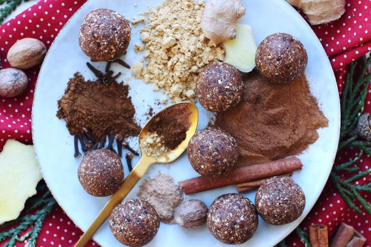 Gingerbread bliss balls // A healthy and super easy Christmas treat – just 4 ingredients!