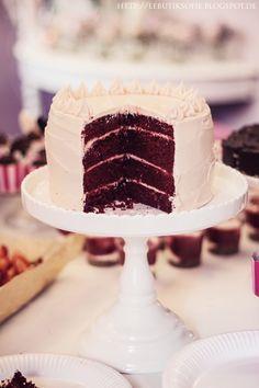 Rosa Red-Velvet-Buttercremetorte mit weißer Schokolade