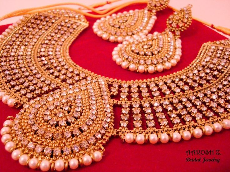 Deserving Majestic Necklace Set with pretty embellishment of shimmering diamantes work are making it extraordinary creation. This Royal Bridal Set comprises with matching earrings, Matha Patti and Jhoomer is perfect for very special occasions