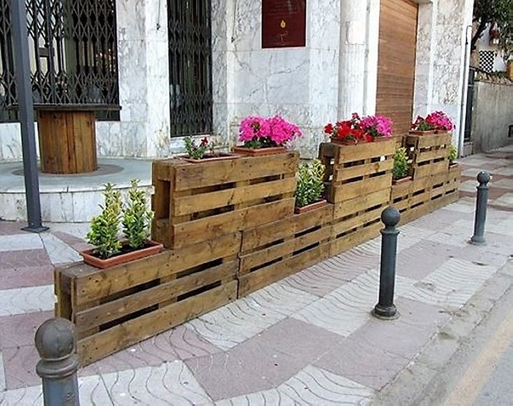 We all love to inculcate nature and its beauty in our day to day routine and surroundings. In this rushing era, pallet wood is the best and cheapest source for building outdoor gardens or planters. Plant your favorite flowers in the wooden pallets and infuse your surroundings with sweet smelling flowers and lush green leaves.