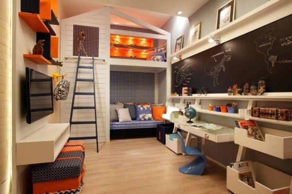 """Quarto com cara de brinquedoteca: camas numa """"casinha"""", lousa e muitas caixas para brinquedos. Essa combinação de azul + laranja foge do convencional e ficou linda! Projeto Andrea Graca e Maria Clara Costanza."""