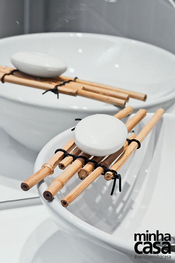 Serre uma vara de pesca de bambu em partes iguais e junte-as com arame encapado.