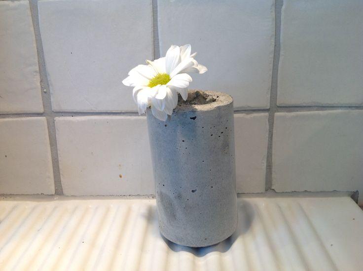 Vase av sement