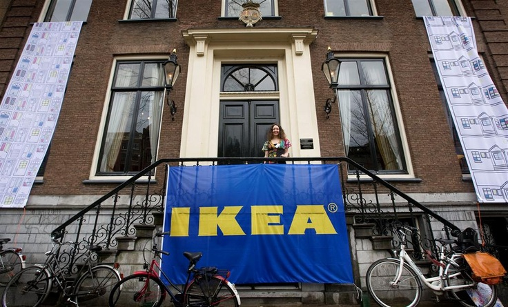 Title of the press event: IKEA opens doors on the famous canals of Amsterdam. On the landing of Museum Geelvinck textile designer Emma Jones.