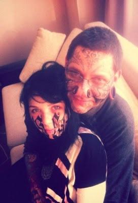 Une jeune russe se tatoue le prénom de son copain sur le visage