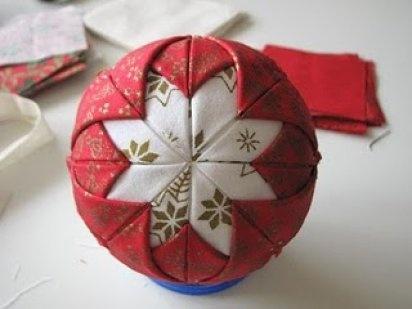 Paso a paso de como hacer una bola de Navidad de tela...   Aprender manualidades es facilisimo.com