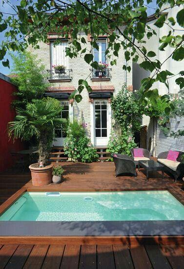 Une mini piscine dans le prolongement de la terrasse maison pierre
