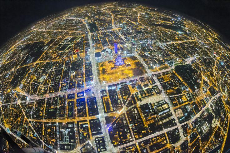 Maciej Margas spędził wiele godzin w powietrzu fotografując naszą stolicę. Efekty jego pracy możemy podziwiać na wystawie oraz w albumie Warsaw on Air który właśnie trafił do sprzedaży. http://exumag.com/zdjecia-lotnicze/