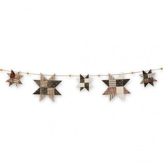 Stjerner foldet i Vivi Gade stjernestrimler, Oslo. Hænges på guldsnor med voksperler.