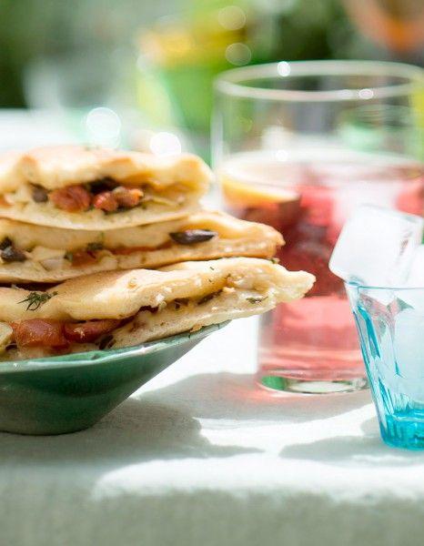 Bien vu aussi pour réchauffer les cœurs, la fougasse aux parfums d'été, à partager à deux. Tomate séchée, anchois, olive, artichaut à l'huile...