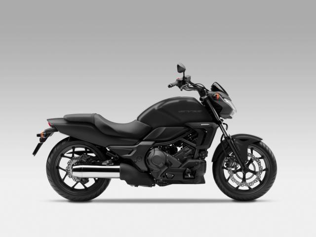 Honda CTX 700 e CTX 700 N 2014, bassi consumi per le nuove moto cruiser Honda CTX 700 e CTX 700 N, arrivano anche in Europa i due modelli versioni cruiser della fortunata serie NC con motore bicilindrico dai consumi contenuti. Hanno 48 CV, si possono guidare con la patente A2 e sono dotate di un bel listino accessori - See more at: http://www.insella.it/news/honda-ctx-700-ctx-700-n-bassi-consumi-moto-cruiser#sthash.as9IBsFV.dpuf