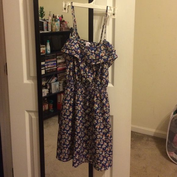 Pretty flowery dress! Very pretty flowery dress! Worn a few times and in good condition! Dresses