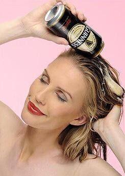 La cerveza actúa de manera positiva en procesos inflamatorios y en algunas enfermedades crónicas. Coge un vaso, llénalo de cerveza y viértela por todo tu cabello, poniendo especial énfasis en las puntas quebradizas, déjala actuar 30'. Otra opción es mezclar 2 cdas de vinagre con 2 cdas de cerveza, aplicar la mezcla sobre tu cabello y dejarlo reposar unos minutos. Antes de aplicar una de estas mascarillas lava tu cabello y aplica acondicionador en las puntas abiertas. Enjuaga con agua tibia.