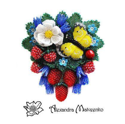 Купить или заказать Брошь 'Белый шиповник' в интернет-магазине на Ярмарке Мастеров. Брошь из бисера с бабочой, цветами и ягодами…