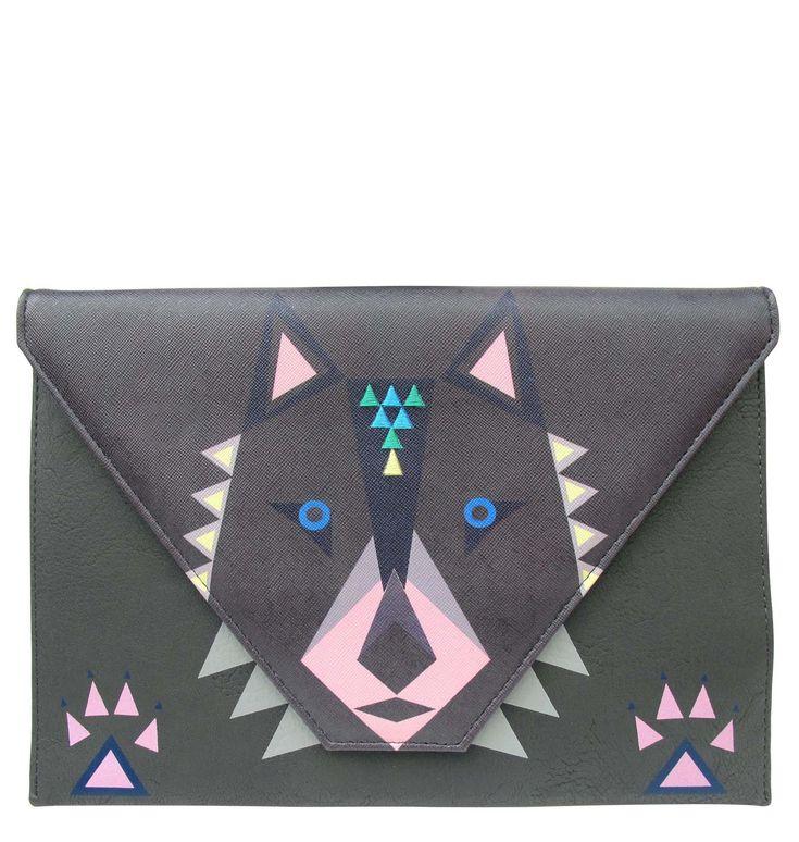 Disaster Designs geanta plic gri Dakota Wolf - Disaster Designs geanta plic originala londoneza. Modelul acesta frumos de gentuta de la brandul londonez este gri, si cu motiv lup. Are forma de plic, si se inchide cu capsa. Fermoarul are un accesoriu foarte