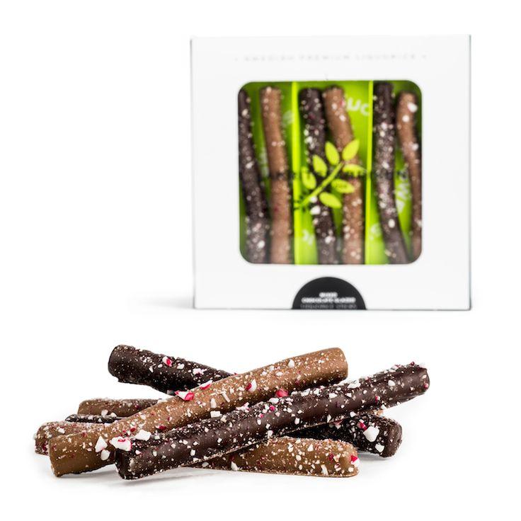 Lakritsfabriken innove et propose des bâtons de réglisse enrobés de chocolat de qualité et saupoudrés de polkagris, les fameux sucres d'orge mentholés ! Un mélange unique qui nous plonge dans l'esprit de Noël.