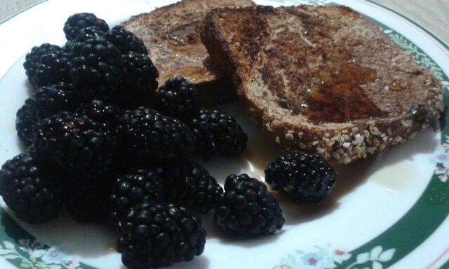Pan francés con dos claras de huevo, pan ezekiel,un  chorrito de leche almendra, vainilla,canela y miel maple para diabéticos (cero azucar y carb). Utilizar mantequilla en aerosol. Simplemente delicioso.