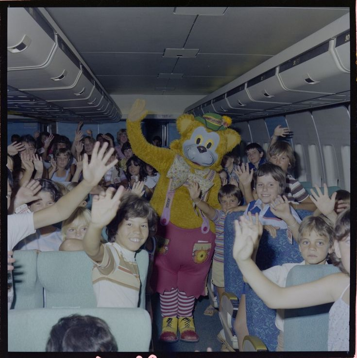 329148PD: Fat Cat and children at the Jumbo Party, Perth Airport, 3 February 1982 (Click to Start Zoom)