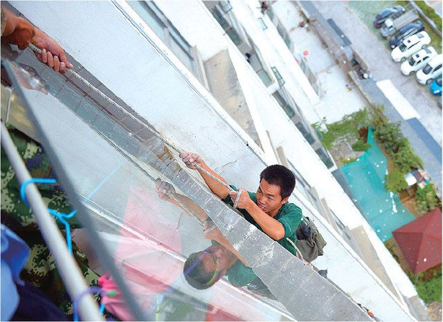 Guizhou boy decides workers outside his apartment are too loud, cuts safety rope