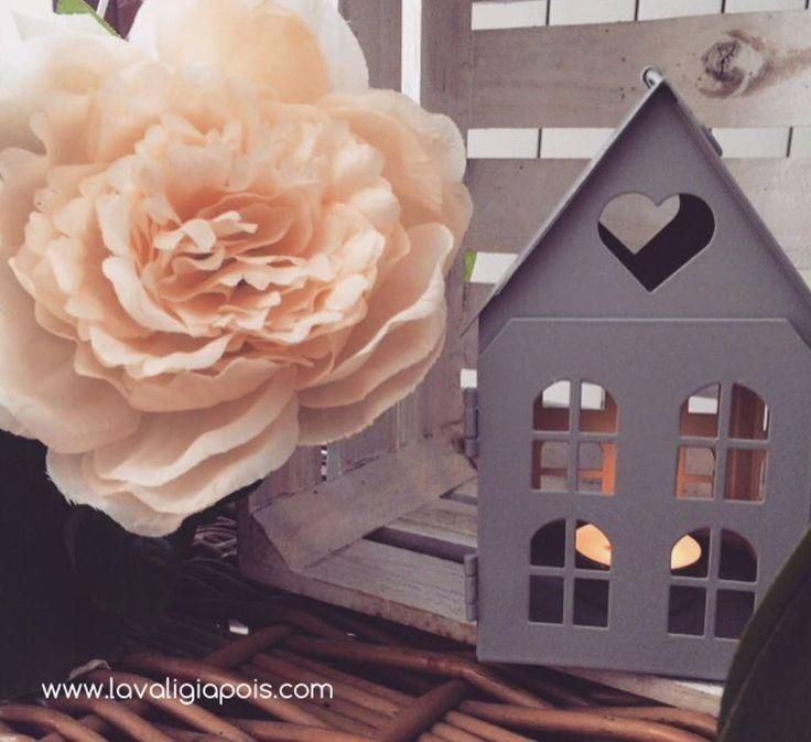 Voglia di primavera! La casetta in latta porta candela è perfetta anche per giardini e terrazzi.
