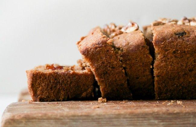 Makkelijk bananenbrood met walnoten en rozijnen