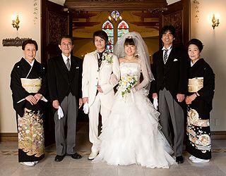 男性はモーニング、女性は留袖が主流。結婚式で着る親族衣装まとめ。ウェディング・ブライダルの参考に。