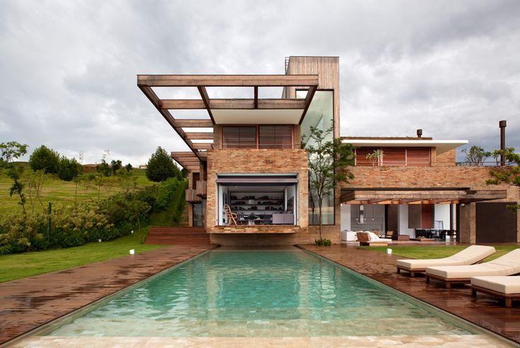 casa moderna con revestimiento de ladrillo