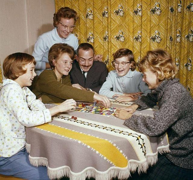 Gezin speelt een gezelschapsspel [ganzeborden], Nederland 1964.  English: Family enjoying each others company. The Netherlands 1964.
