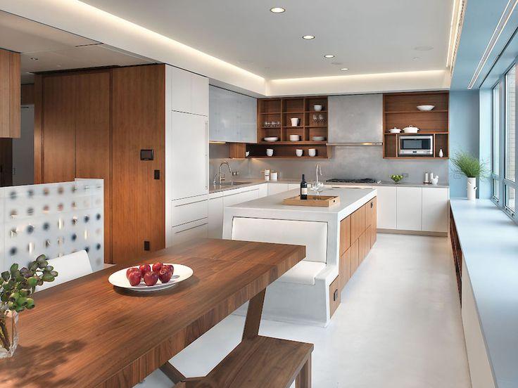Cuisine et à côté la salle à manger – deux espaces unis par le mobilier en noyer massif
