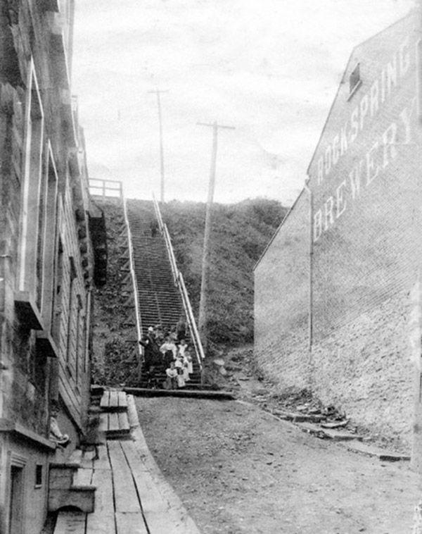 L'escalier Colbert, vers 1900. Il était situé entre la Rock Spring Brewery et des maisons de la paroisse.
